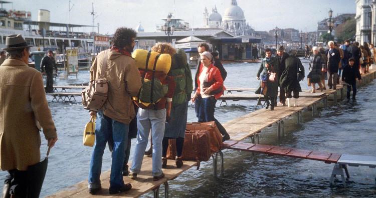 Trong quá khứ, mỗi khi có lụt, người dân Venice di chuyển khắp thành phố bằng sàn đi di động