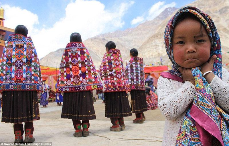 Tác phẩm đạt giải nhì của Swarna Susan Anil khắc họa hình ảnh một bé gái đáng yêu cạnh những phụ nữ mặc trang phục truyền thống ở vùng núi.