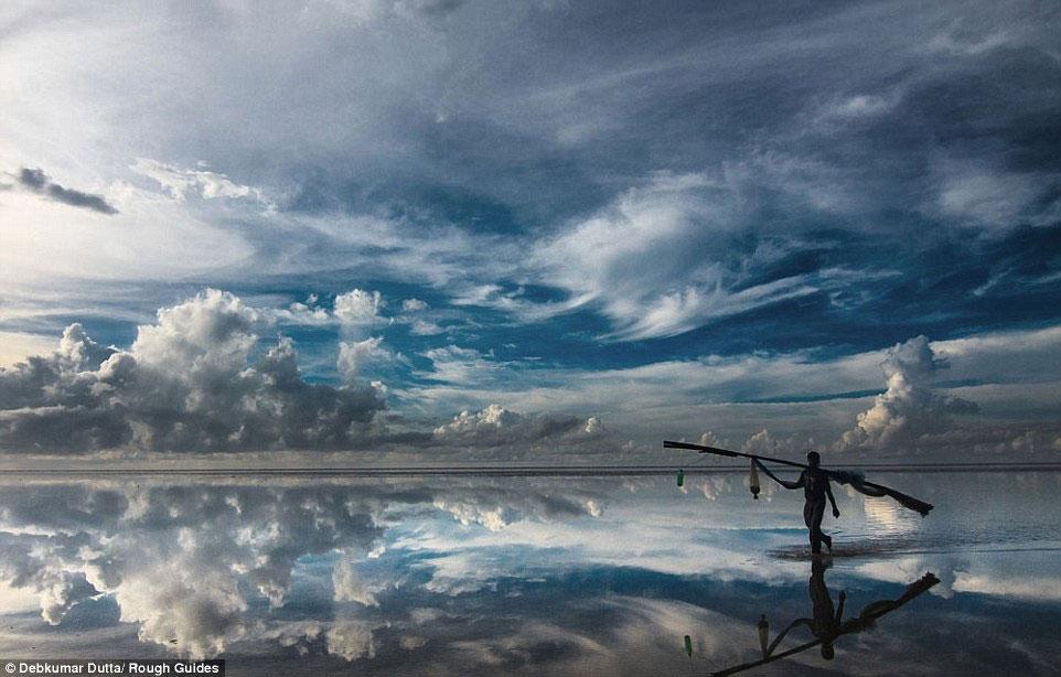 Khoảnh khắc con người bước đi trên đồng muối trông như mặt gương khổng lồ tạo nên sự đối xứng là tác phẩm của Delkumar Dulta.