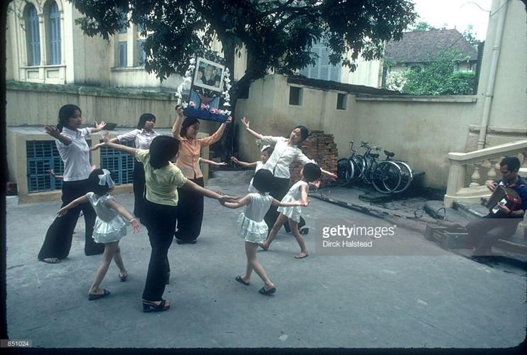 Các bé gái cùng giáo viên tập múa tại một trường mần non ở Hà Nội.