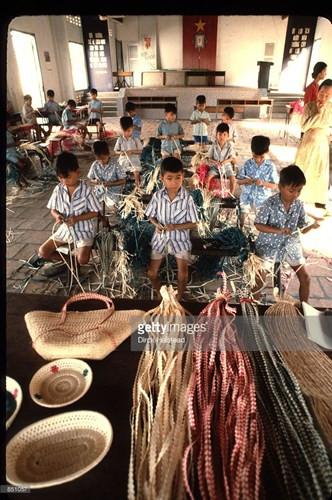 Trẻ em học nghề đan tre tại một trại trẻ mồ côi ở TP HCM.