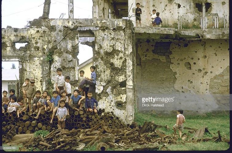Những đứa trẻ tại phế tích của một ngôi trường bị tàn phá ở Quảng Trị trong chiến sự 1972.