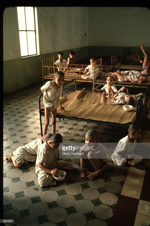 Trẻ mồ côi trong một trại trẻ ở TP HCM, Việt Nam năm 1980.