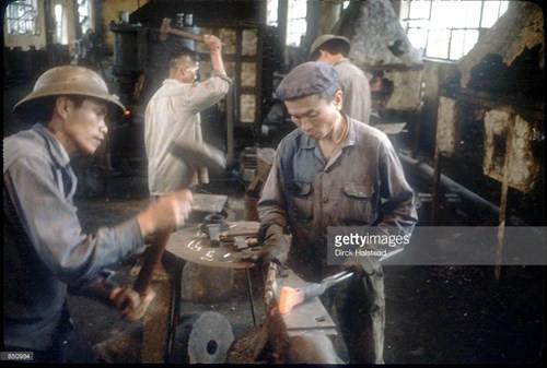 Công nhân trong một nhà máy cơ khí từng bị bom Mỹ phá hủy ở Vinh.