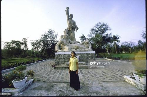 Cô Phạm Thị Trinh, một trong những người sống sót trong vụ thảm sát Mỹ Lai (Quảng Ngãi) đứng tại đài tưởng niệm vụ thảm sát.