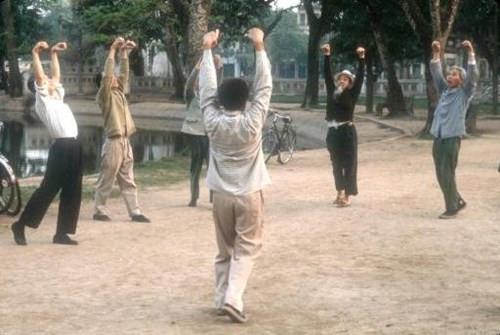 Người dân Hà Nội tập thể dục buổi sáng tại công viên.