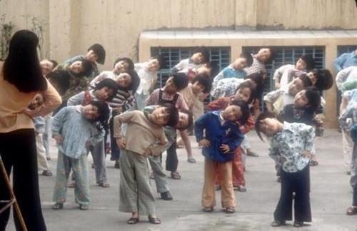 Các em nhỏ tập thể dục buổi sáng trong ngôi trường ở Hà Nội.