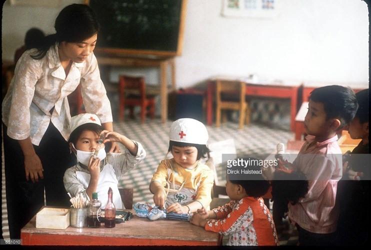 Trẻ em chơi trò làm bác sĩ trong một trường mầm non ở Vinh.