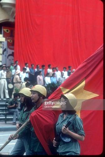 Buổi diễu hành mừng ngày thống nhất đất nước ở Hà Nội.