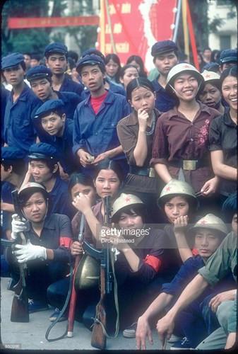 Thanh niên các khối dân quân và công nhân trong buổi diễu hành.