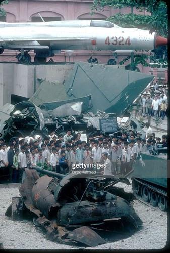 Các học sinh đứng bên xác xe tăng Trung Quốc bị bắn hạ trong chiến tranh biên giới 1979 được trưng bày tại Bảo tàng Quân đội ở Hà Nội.