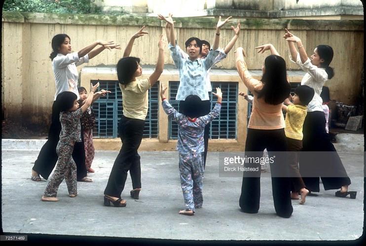 Tập múa tại một trường mầm non ở Hà Nội.