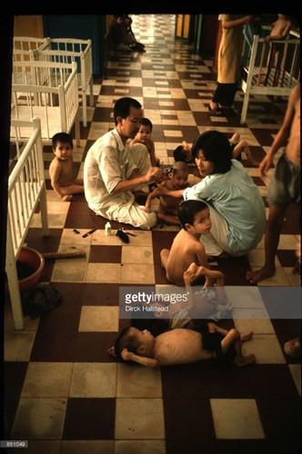 Trẻ em trong một trại trẻ mồ côi ở TP HCM, Việt Nam năm 1980.