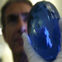 Video: Viên đá quý topaz màu xanh lớn nhất thế giới