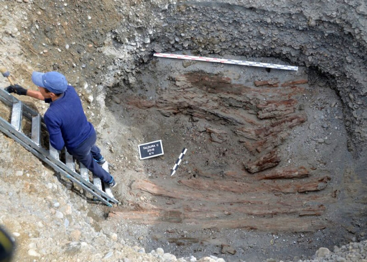 Hai bộ hài cốt nằm trong ngôi mộ gần làng Old Beltir trên dãy Altai.