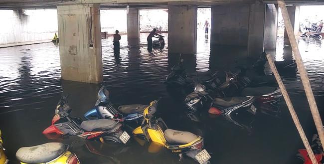 Hàng nghìn chiếc xe máy bị nhấn chìm trong hầm xe ở đường Nguyễn Siêu.