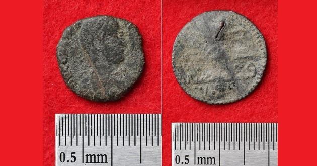 Hai trong số những đồng xu được tìm thấy khi khai quật lâu đài Katsuren.