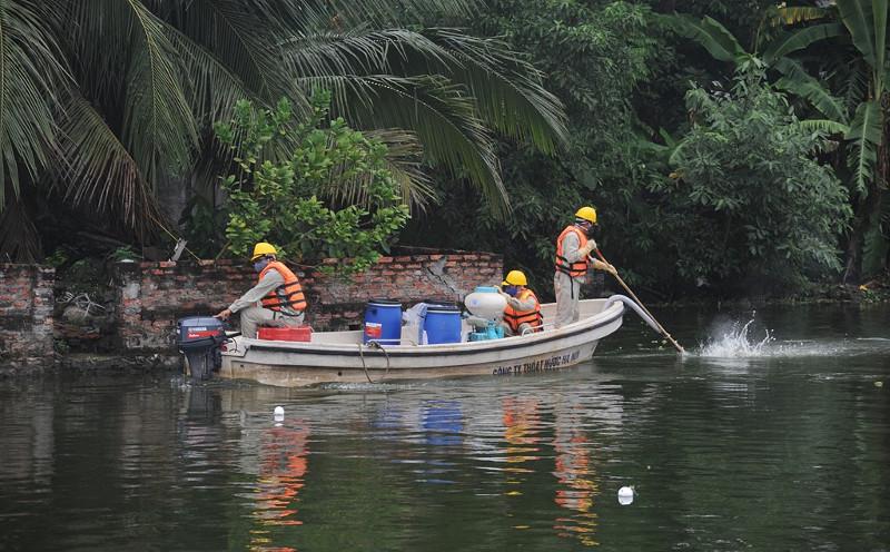 Trước đó, Công ty TNHH MTV thoát nước Hà Nội đã tiến hành xử lý nước bị ô nhiễm ở 2 hồ tại thôn Đại Hòa (huyện Chương Mỹ, Hà Nội).