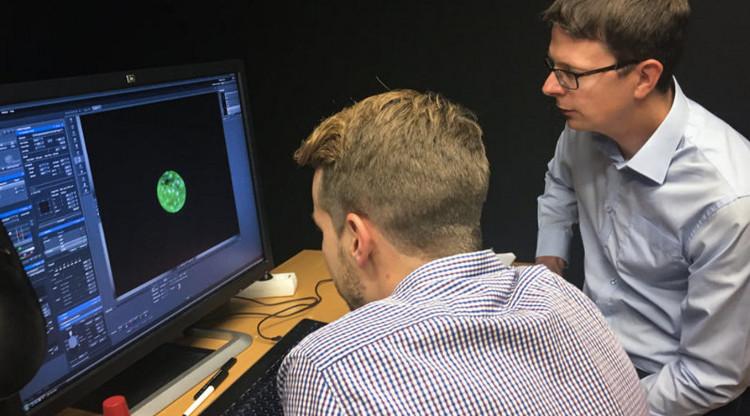 Fredrik Lanner (phải) tại Viện Karolinska ở Stockholm (Thụy Điển) và học sinh của mình - Alvaro Plaza Reyes