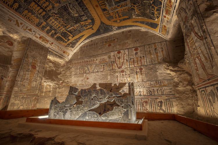 """hính quyền đã ban lệnh cấm chụp ảnh bên trong ngôi mộ lịch sử này và thực hiện rất nghiêm túc"""""""