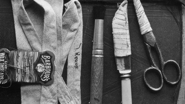 Những vật dụng tìm thấy trong một chiếc túi gần xác của người đàn ông Somteron.