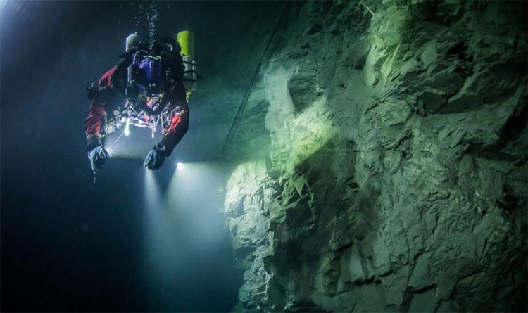 Ông Starnawski cho biết lặn trong hang động Hranice Abyss là thách thức khó khăn.