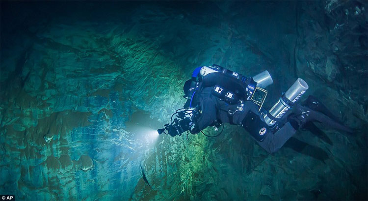 Nhà thám hiểm Starnawski và nhóm đồng hành đã phát hiện hang động dưới nước sâu nhất thế giới