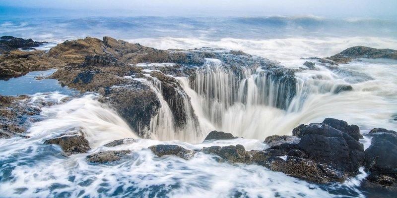 Khi thủy triều lên cao, sóng tràn vào và lấp đầy hố cho tới khi trào ra ngoài hoặc bắn lên tung tóe.