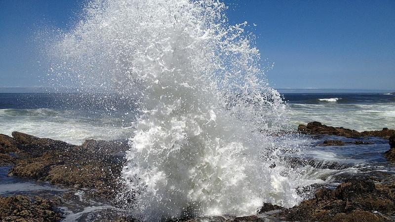 Nước thủy triều bắn ra khỏi giếng, tạo cảnh tượng hùng vĩ khiến du khách thích thú.