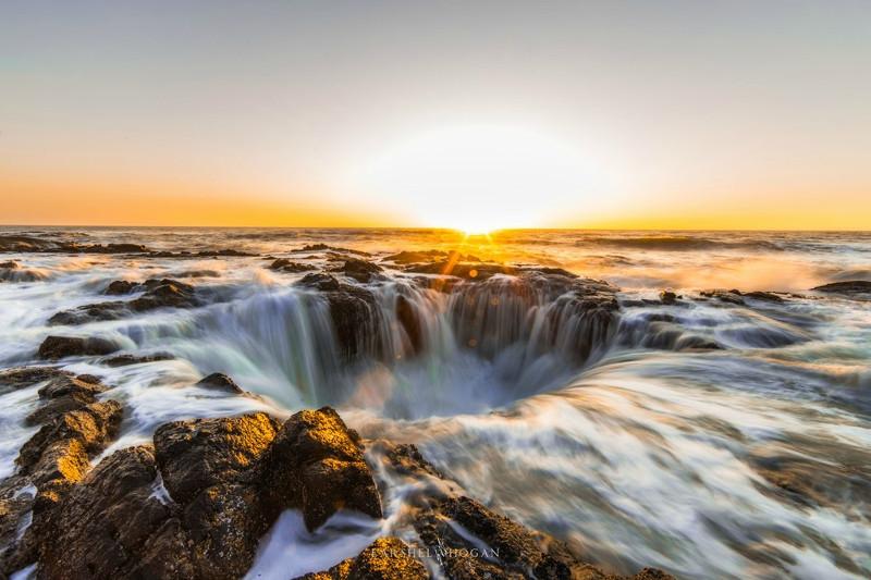 Giếng thần Thor ban đầu có thể là một hang biển, sau đó một phần trần hang sụp xuống và bị nước biển xói mòn.