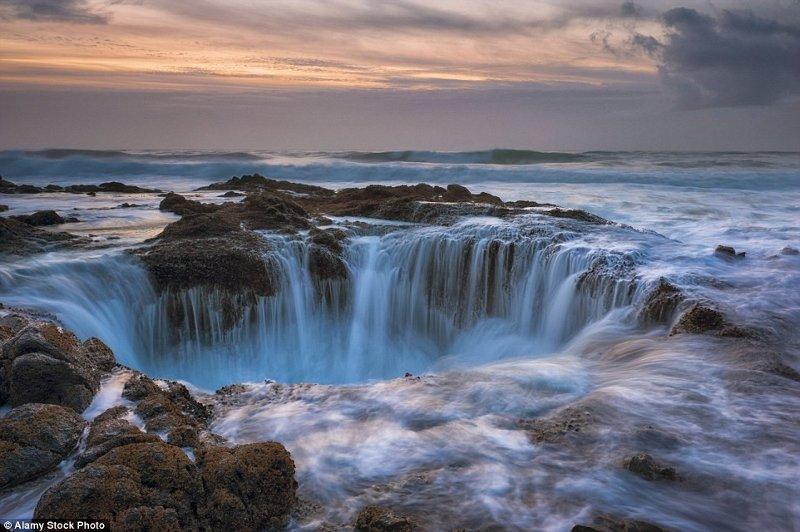 Nước biển có vẻ như bị hút xuống hố sâu không đáy ở bờ biển Oregon, Mỹ.