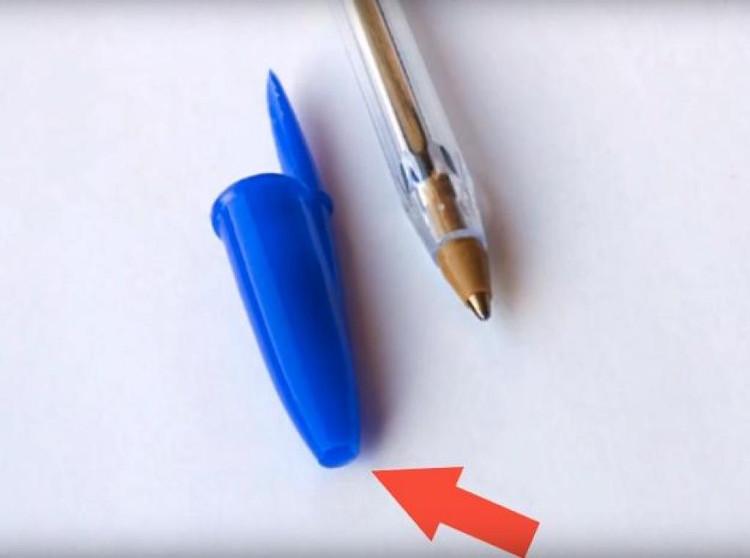 Lỗ thủng trên nắp bút bi