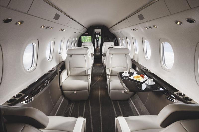 Khu vực cabin máy bay có nhiều tiện nghi như máy pha cà phê, lò vi sóng và khu để hành lý.