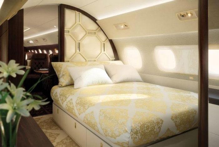 Phòng ngủ chính trên máy bay có giường lớn và nhà tắm riêng.