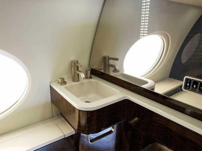 Nhà tắm có không gian thoáng đãng và vẻ đẹp hiện đại.