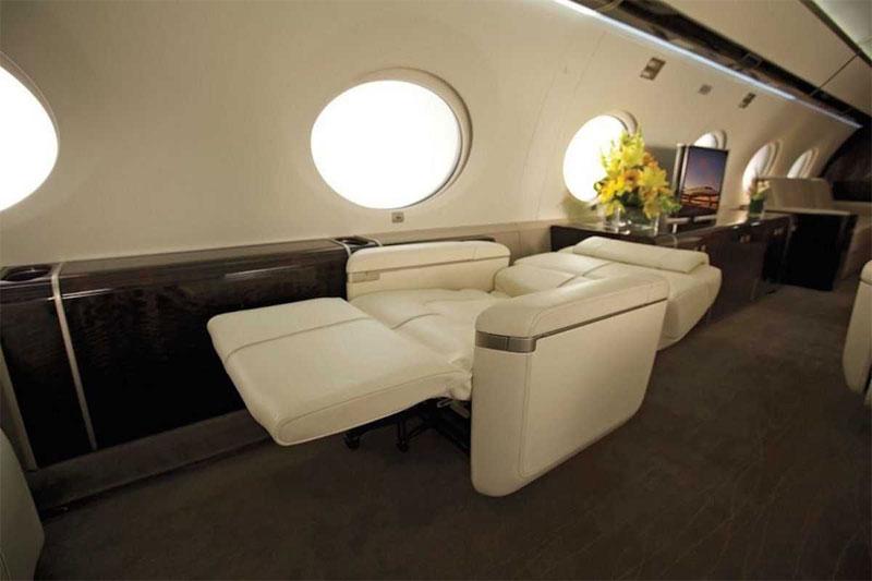 Phi cơ có những ghế dài êm ái và ngả ra thành giường khi bạn muốn nghỉ ngơi.