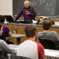 Giáo sư Anh bình thản đi dạy sau khi đoạt giải Nobel Vật lý