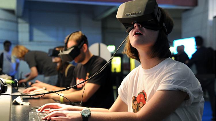 """VR là một hệ thống mô phỏng, trong đó, đồ họa máy tính được sử dụng để tạo ra một thế giới """"như thật""""."""
