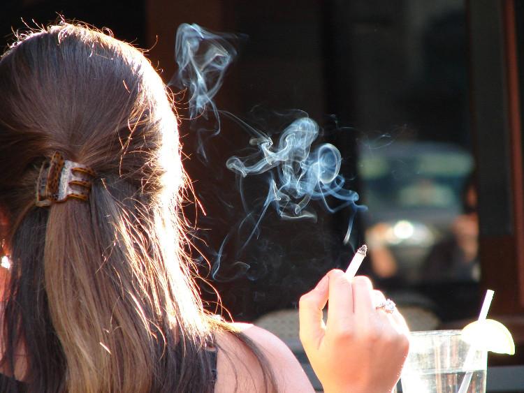 Cố gắng tránh nơi có người hút thuốc để ngăn ngừa ung thư phổi.