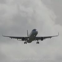 Cảnh máy bay hạ cánh trong điều kiện ngược gió khiến ai cũng phải giật mình
