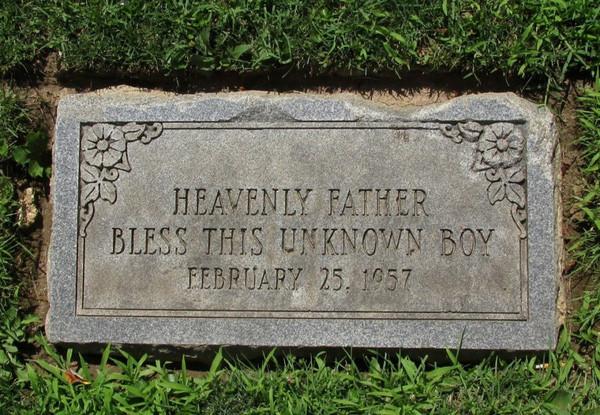 Vào ngày 24/7/1958, cậu bé được chôn ở một cánh đồng gần Bệnh viện bang Philadelphia