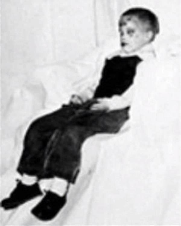 Cảnh sát buộc phải đăng ảnh thi thể của cậu bé để tìm kiếm thông tin nhưng không thu được gì.
