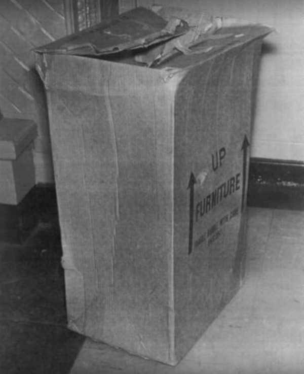 Chiếc hộp phát hiện ra thi thể cậu bé.