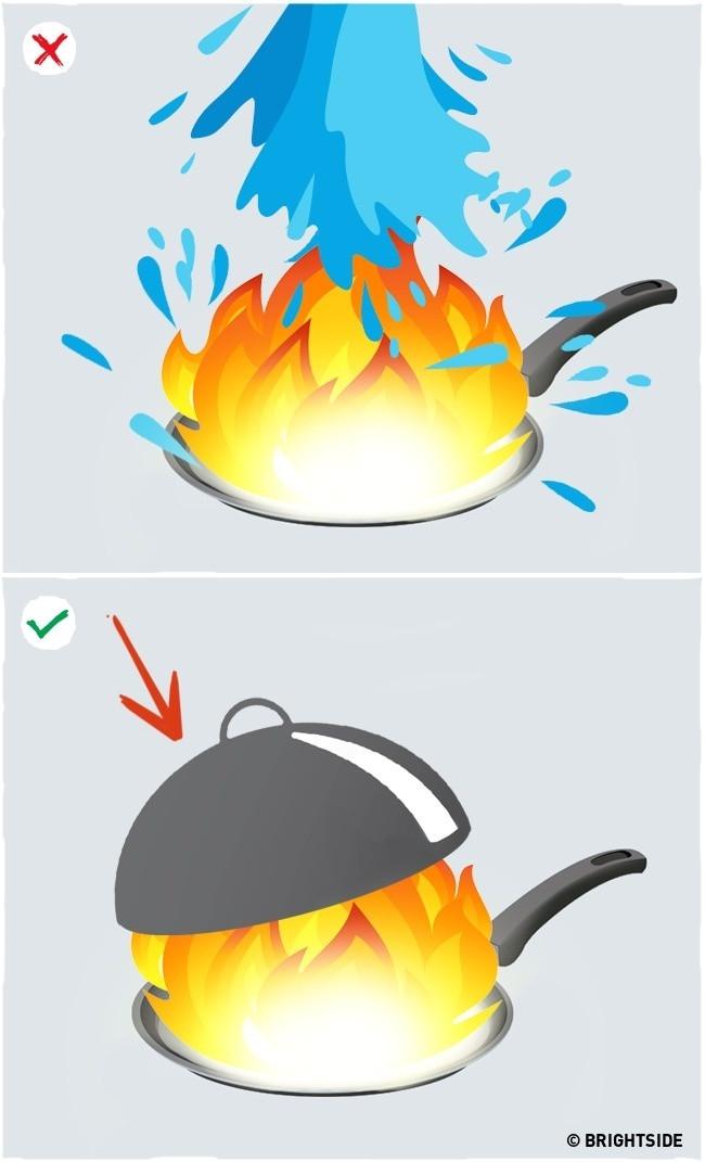 Đậy kín nồi, chảo khi dầu nấu ăn bốc cháy