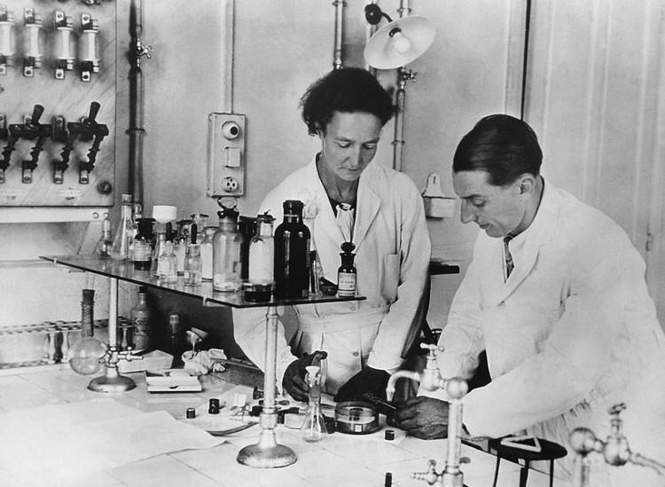 Vợ chồng Irene và Frederic Joliot-Curie trong phòng thí nghiệm.