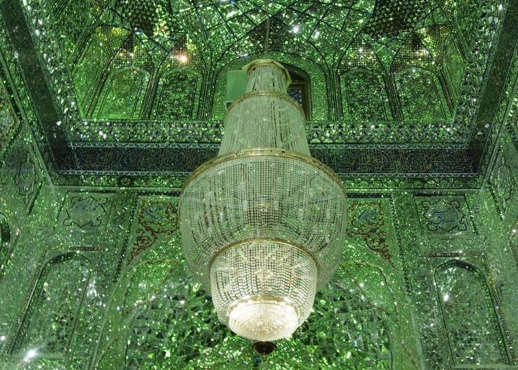 Bao trùm khắp lăng mộ là loạt đèn chùm màu xanh cùng lớp đá trong suốt được khảm tỉ mỉ.