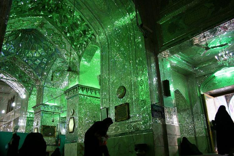 Đúng như với tên gọi Shah Cheragh (tạm dịch: Vị vua của ánh sáng), từng góc nhỏ trong lăng mộ đều tỏa ra ánh sáng huyền ảo, mê hoặc mọi ánh nhìn.