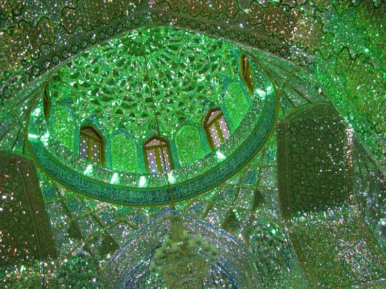 Ngoài ra, Shah Cheragh còn được xây dựng theo phong cách mái vòm đặc trưng của người Ba Tư