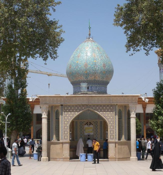 Nhìn từ phía bên ngoài, lăng mộ Shah Cheragh trông rất giản dị nếu không muốn nói là có phần kém sắc.