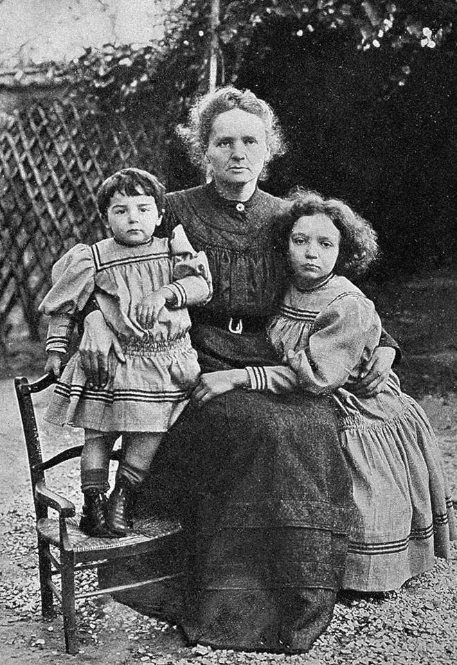 Bà Marie Curie cùng hai con gái, Irene và Eve.